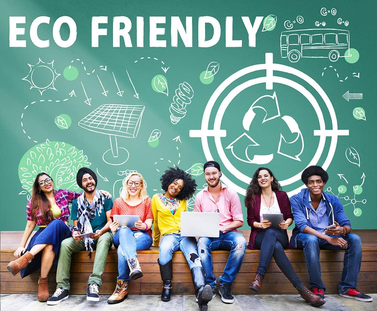 groupe de 7 personnes sur un bac souriant derriere eux le mot eco friendly avec des dessins sur l'écologie
