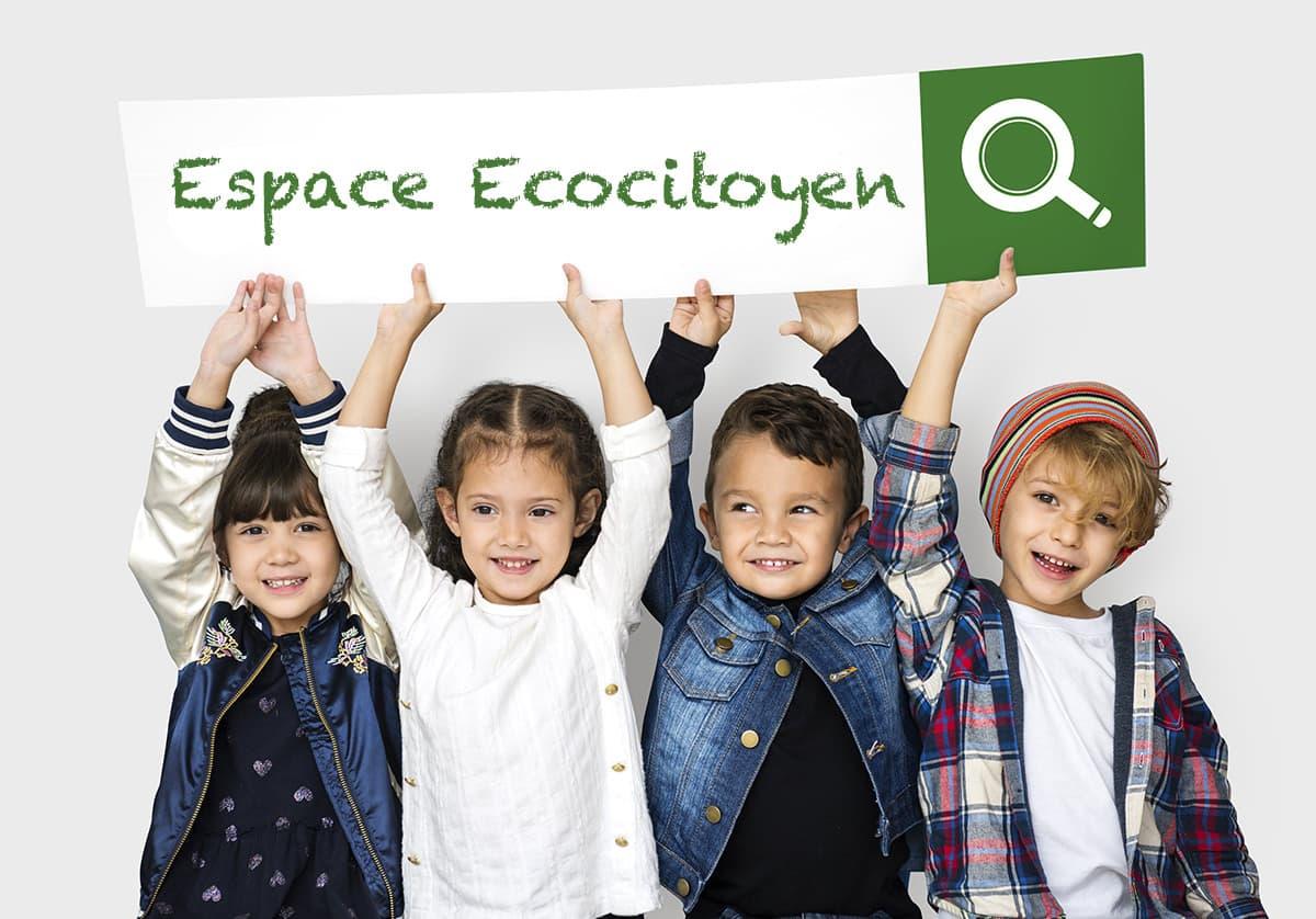 4 enfants tiennent une pancarte avec le titre espace ecocitoyen