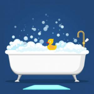 baignoire avec des bulles et un canard en jouet jaunes